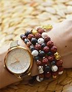 Náramky z korálků v různých barevných kombinací pro dámy i pro muže